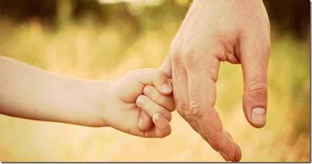 hijo-sostiene-mano-papa-padre-oracion-311016