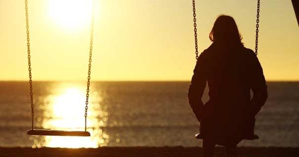 mujer-sola-playa-ocaso-estado-de-soledad