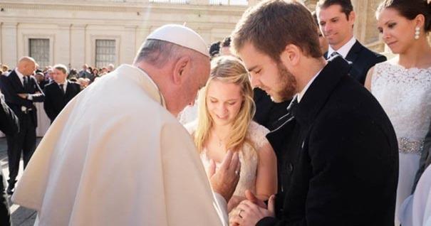 papa-francisco-bendice-pareja-matrimonio-novios-plaza-san-pedro