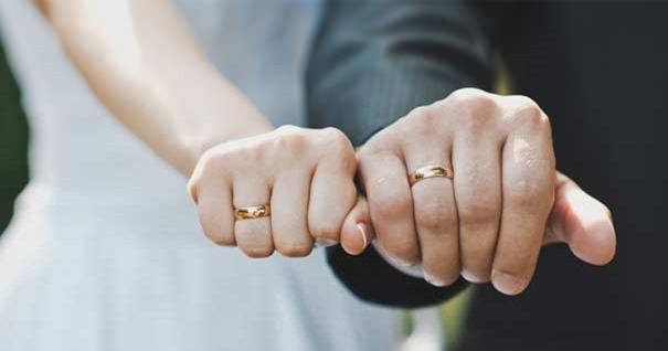matrimonio-familia-esposos-manos-anillos-boda-dedo