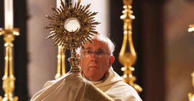 papa-francisco-levanta-jesus-sacramentado-sagrario-santa-misa