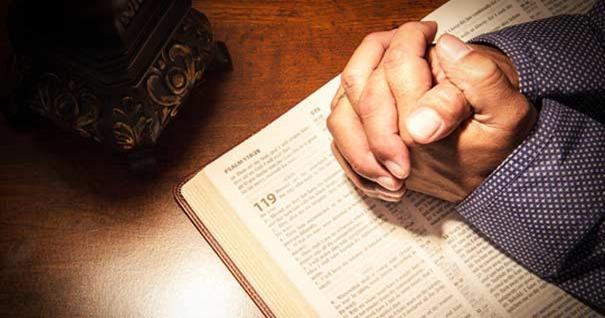 poder-oracion-citas-biblicas-orando-manos-biblia-160916