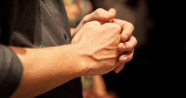 hombre-tomandose-sus-manos-empunadas-frente-220716