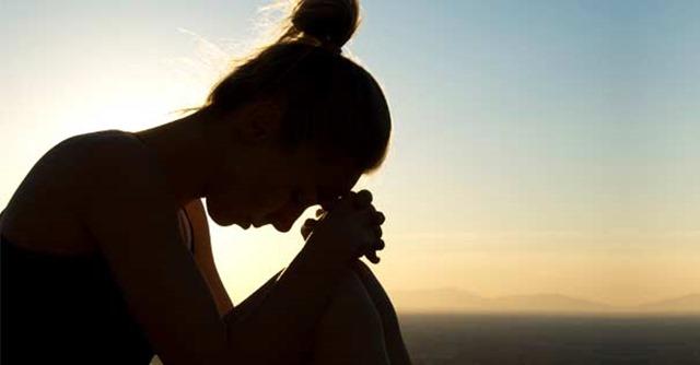 mujer-preocpada-deprimida-fondo-montana-cielo-290816