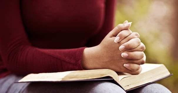 mujer-rezando-manos-sobre-biblia-tocar-corazon-dios-oracion
