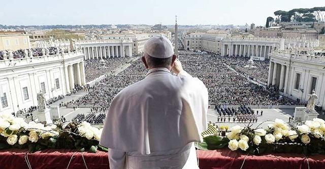 papa-francisco-de-espalda-saluda-plaza-san-pedro-vaticano-fieles-publico