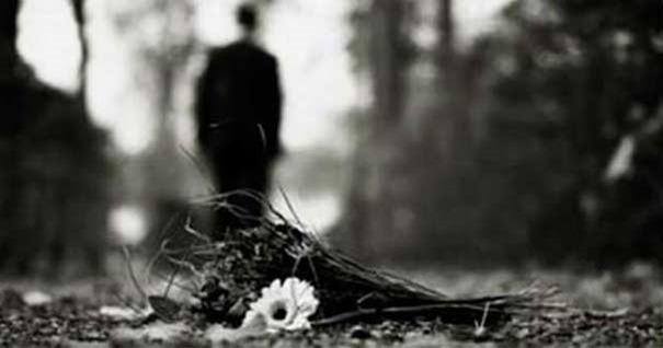 silueta-hombre-lejano-caminando-bosque-fondo-gris-290716