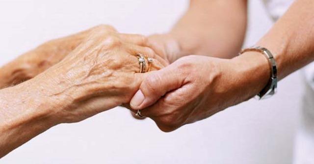 sostener-manos-ayudar-necesitado-anciano