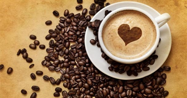 aroma-del-cafe-taza-corazon-servir-con-amor