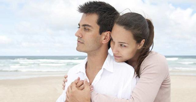 esposos-apoyo-abrazo