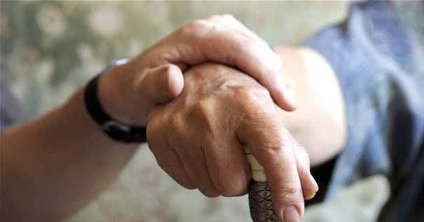 formas-ayudar-ancianos-crecer-mano-vieja-sostiene-baston-170916