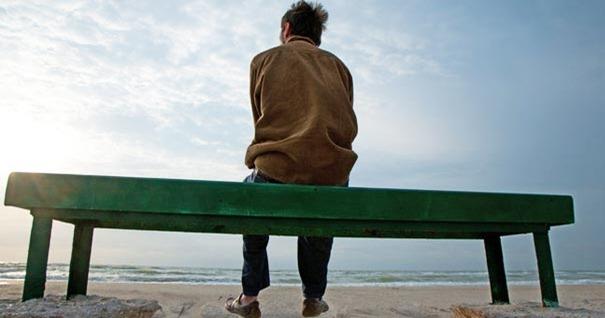 hombre-mirando-horizonte-playa-ganar-batalla-pureza