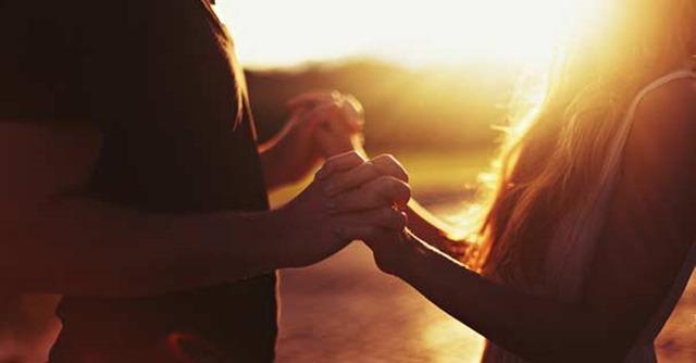 hombre-mujer-pareja-matrimonio-tomados-mano-atardecer