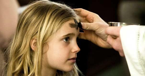 imposicion-cenizas-cruz-frente-sacerdote-nina