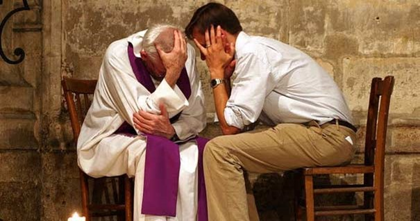 joven-confesnado-pecados-padre-anciano-manos-cabeza