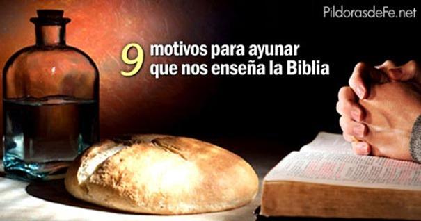 manos-orando-mesa-pan-motivos-ayunar-de-la-biblia