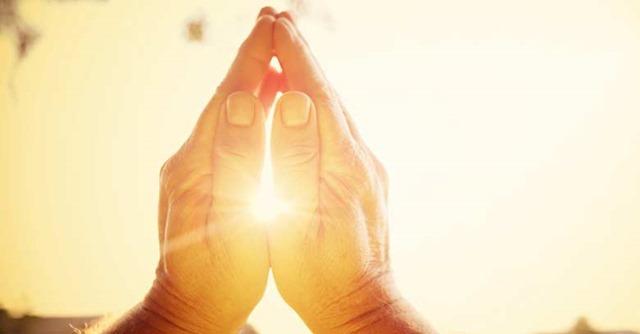 manos-unidas-orando-reflejo-del-sol
