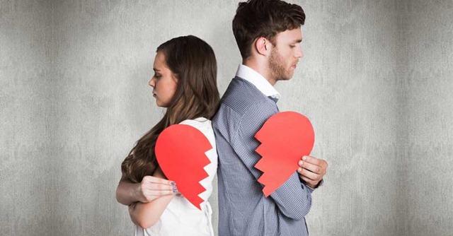 matrimonio-esposos-sosteniendo-un-corazon-roto-crisis-de-pareja