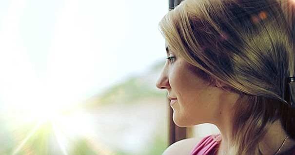 mujer-mirando-ventana-feliz-muerte-santa-feliz
