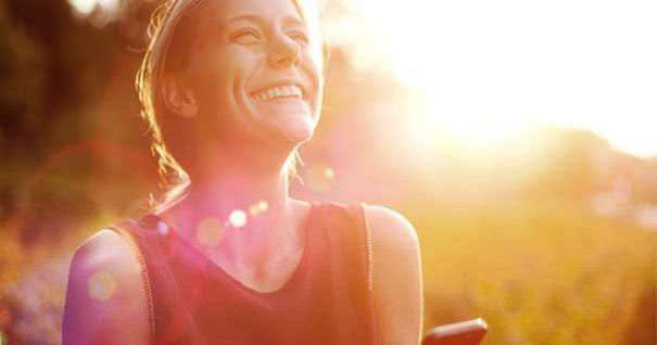 mujer-rostro-felicidad-mirando-cielo-sonriendo