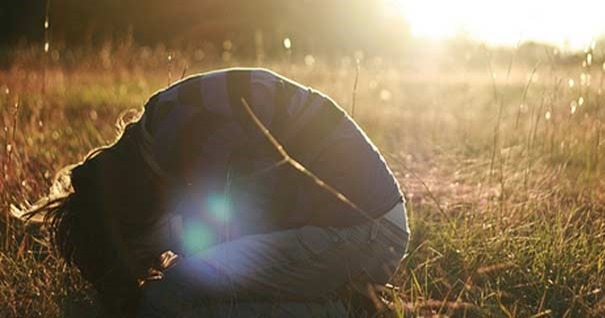 persona-arrodillada-en-bosque-orando-humildad-010916
