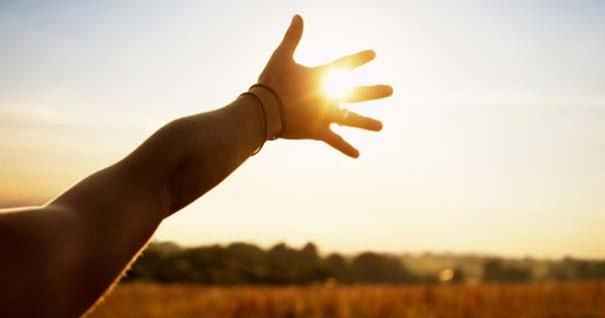 mano-levantada-al-cielo-clamando-pidiendo-dios