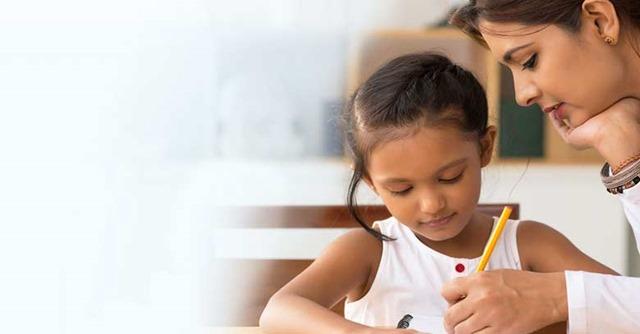 mujer-educando-a-su-hija-estudiando-juntas