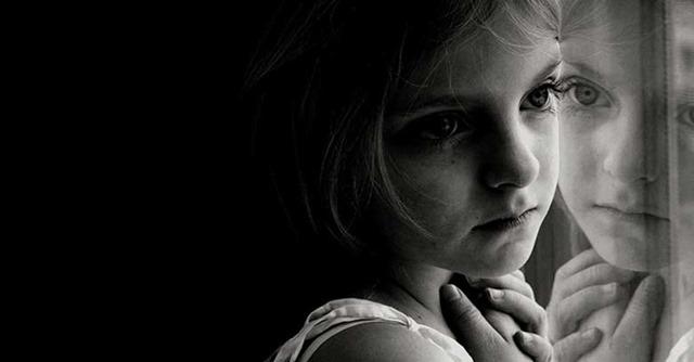 nina-mirando-ventana-abonadonada-triste-fondo-negro