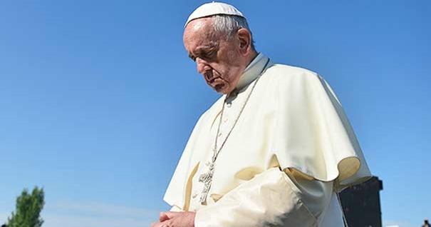 papa-francisco-orando-cielo-azul-abierto-300616