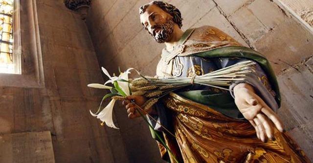 san-jose-patrono-de-la-iglesia-estatua-con-flores-en-su-mano