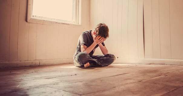 hombre-sentado-deprimido-manos-en-rostro-habitacion-solo-210816